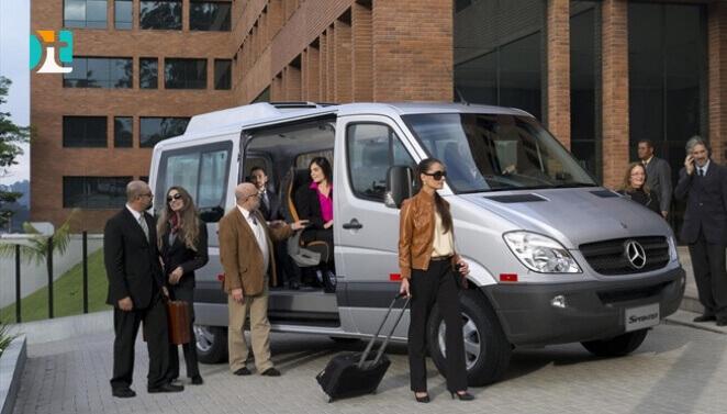 pessoas saindo da van cinza viagem excursão - how to rent van usa - Happy Tours