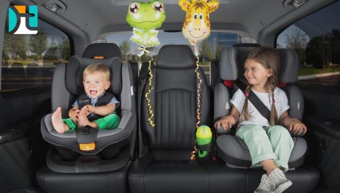 crianças na cadeirinha-balões de sapo e girafa