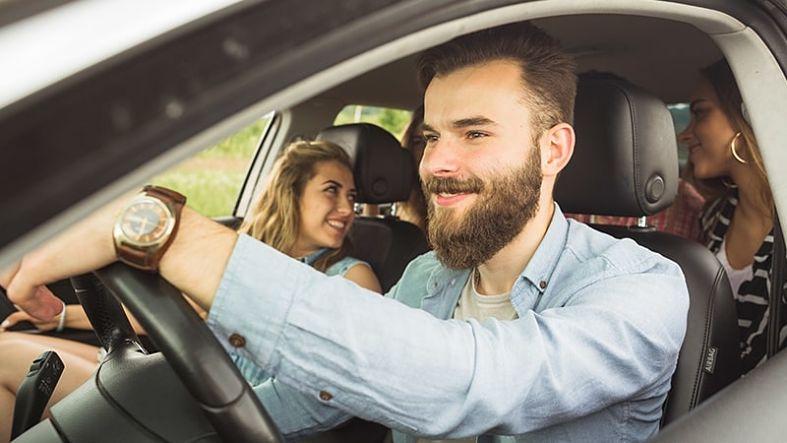 homem sorrindo dirigindo