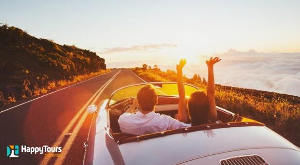 duas pessoas viajando de carro conversível - Happy Tours Car Rental
