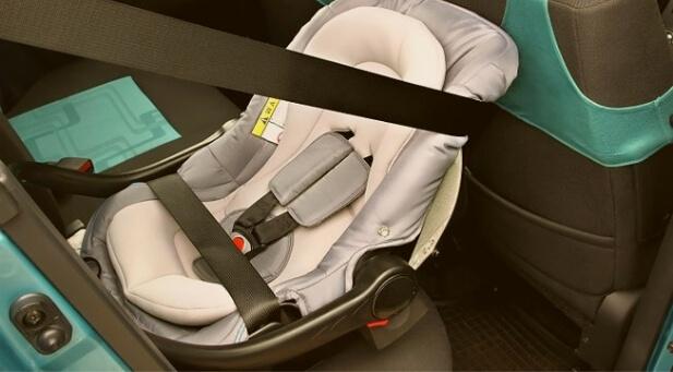bebe conforto instalado dentro do carro - Happy Tours
