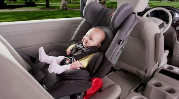 bebe sentado na cadeirinha para bebe dentro do carro - Happy Tours