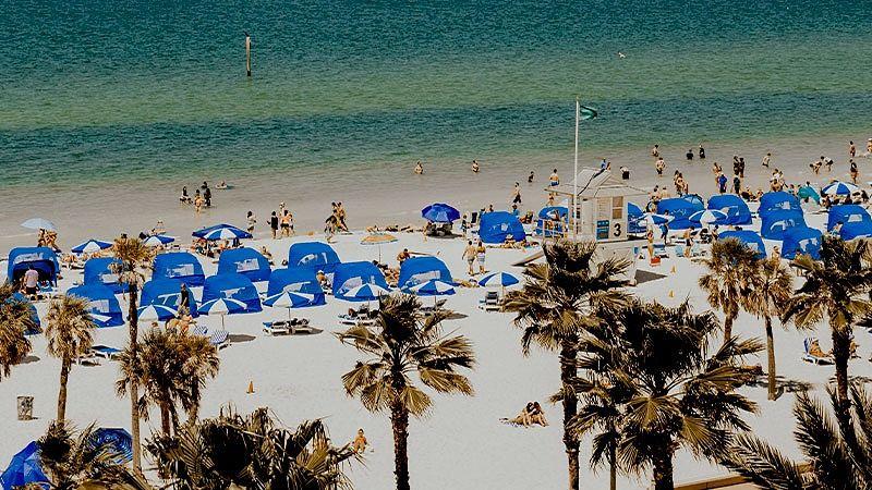 praia de miami com turistas