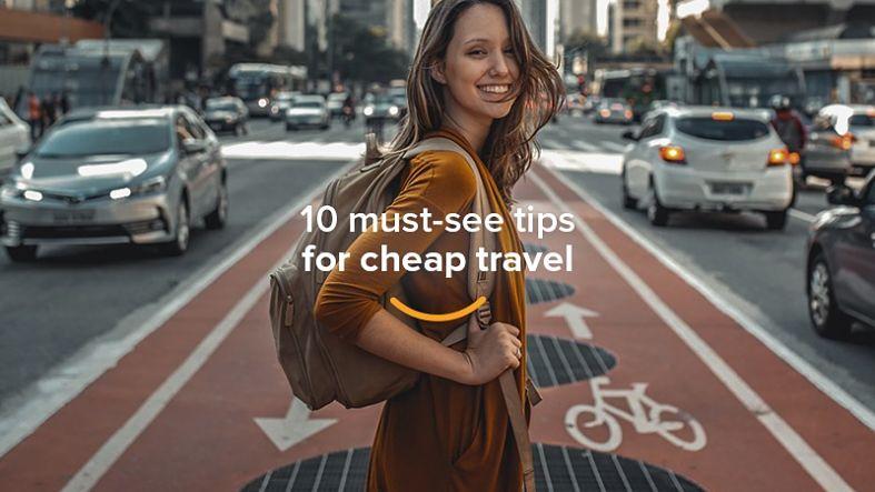 moça com mochila sorrindo ciclovia